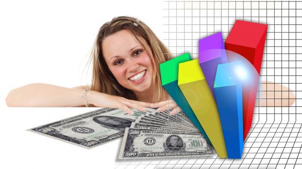 девушка смеется рядом с диаграммой роста прибыли