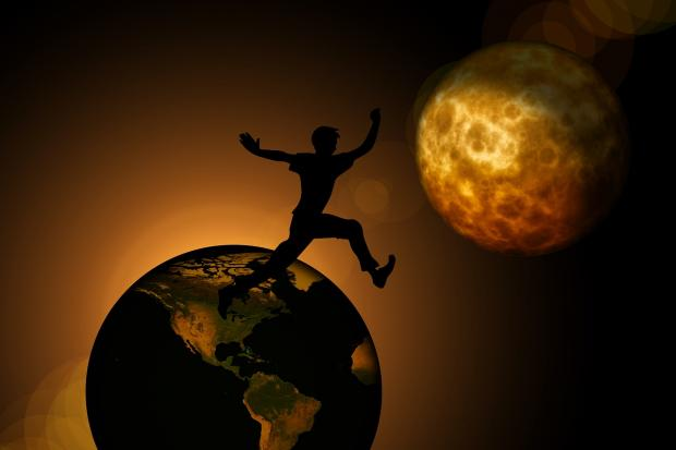человек прыгает с Земли на Луну