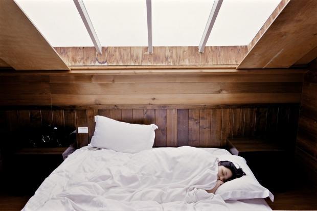 девушка спит на кровати в мансарде