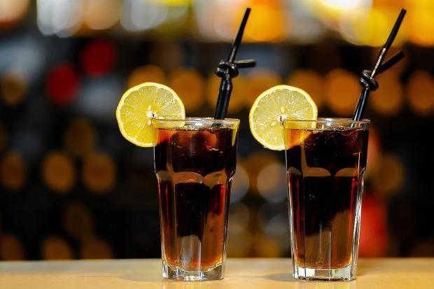 два стакана с соком и трубочками с лимоном