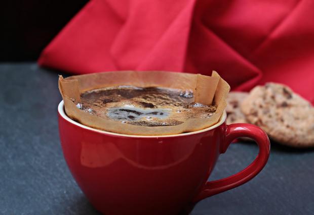 налить кофе в красную чашку