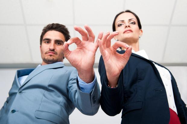 мужчина и женщина сложили пальцы в знаке ОК
