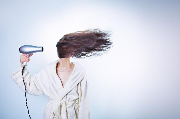 фен дует на волосы