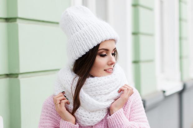 девушка в белой шапке и шарфе
