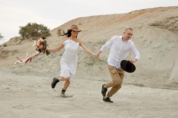 парень и девушка бегут по пляжу