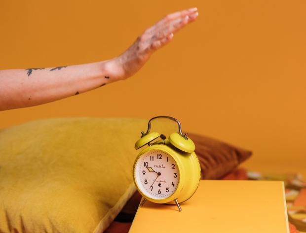 желтый будильник в яркой комнате