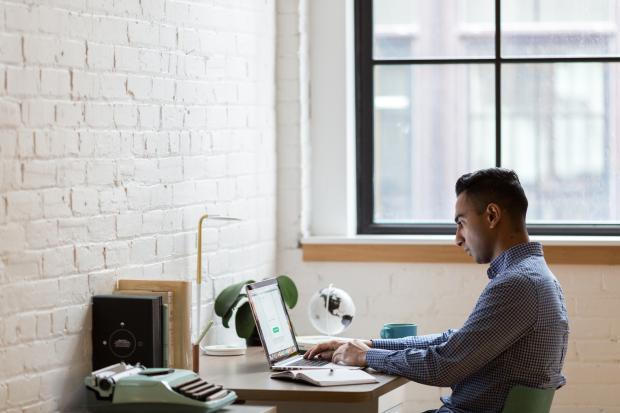 молодой человек работает за ноутбуком