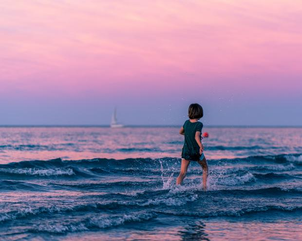 ребенок бежит по берегу моря