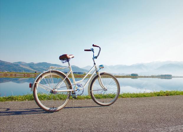 велосипед на берегу водоема