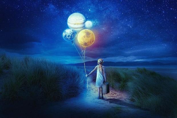 девочка несет ночью воздушные шары в форме планет