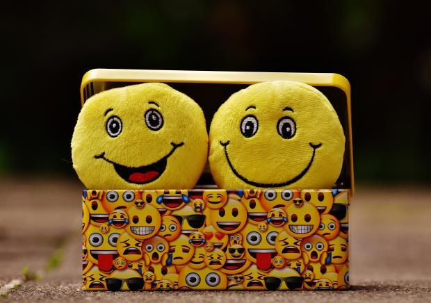 эмоции в виде плюшевых смайликов в коробке