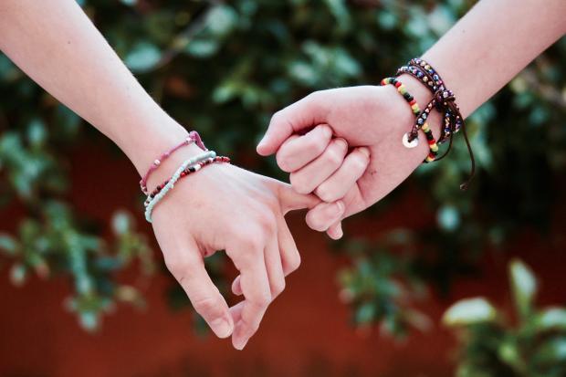скрещенные мизинцы в знак дружбы