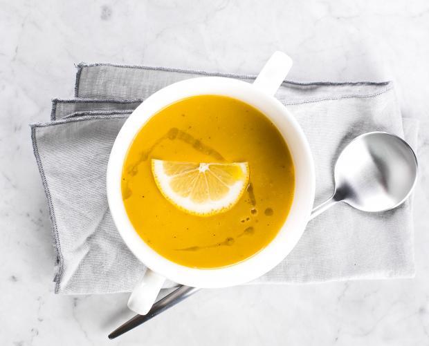 чечевичный суп с долькой лимона