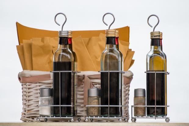 бутылки с уксусом и специи в пакетиках