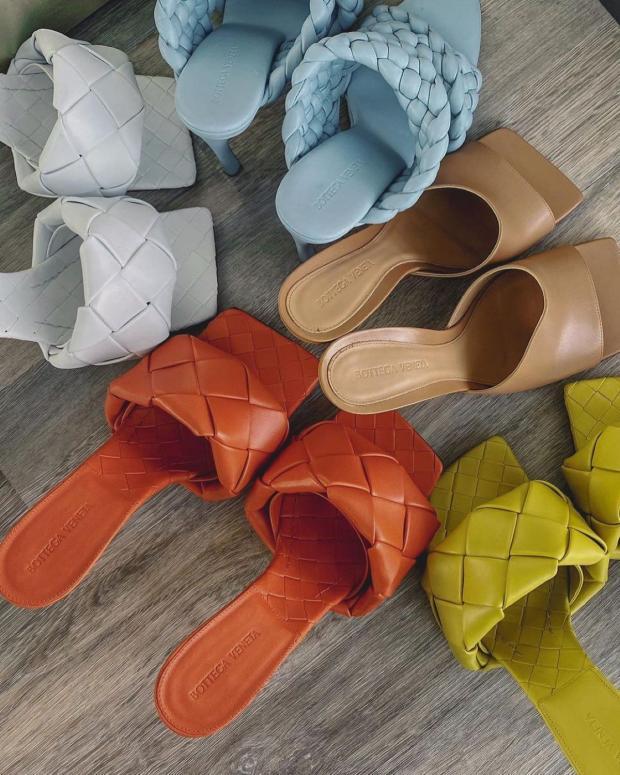 разноцветные сандалии на высоком каблуке