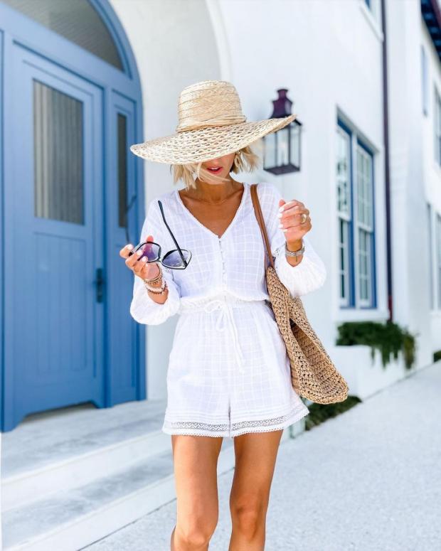 идет девушка в коротком белом платье и соломенной шляпе