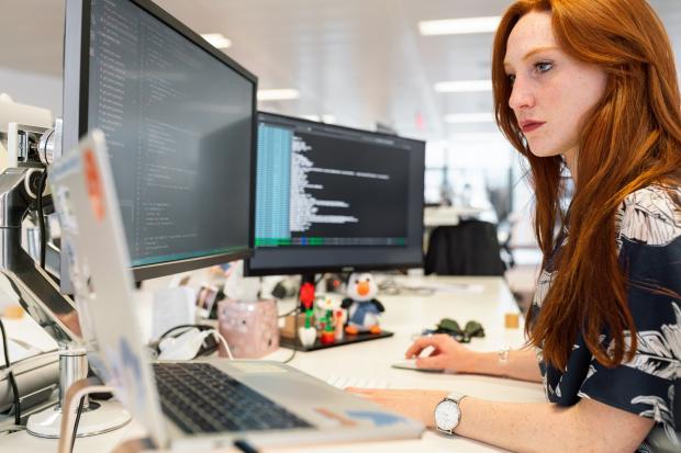 девушка в офисе перед компьютерами