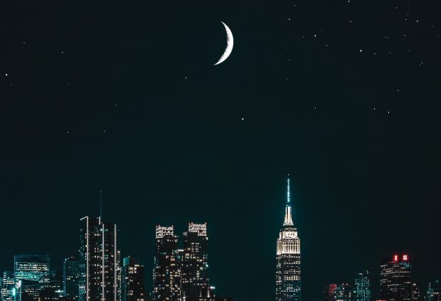 новолуние над ночным городом