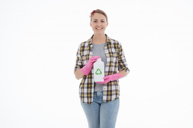 девушка в резиновых перчатках с бутылкой в руках