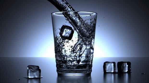 кубики льда с водой в стакане