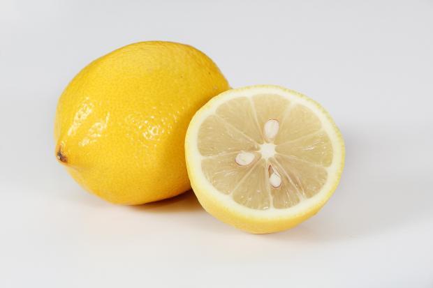 целый и половинка лимона
