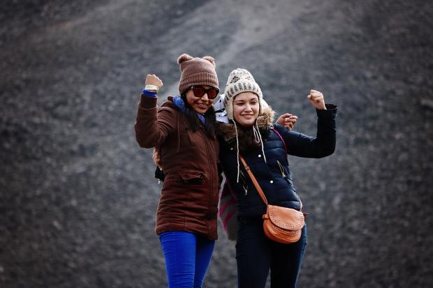 две девушки жестами показывают свою силу