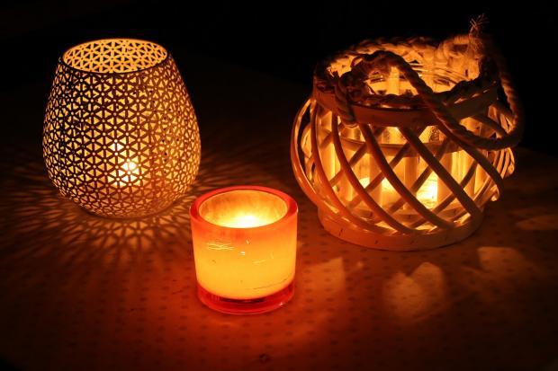 горят три свечи в декоративных подсвечниках