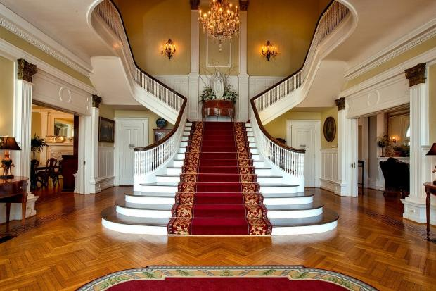 устеленная ковром парадная лестница на второй этаж