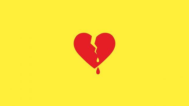разбитое сердце на желтом фоне