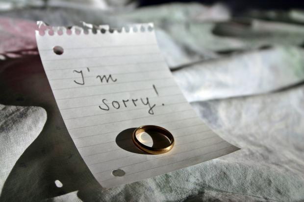 обручальное кольцо лежит на вырванном из блокнота листе