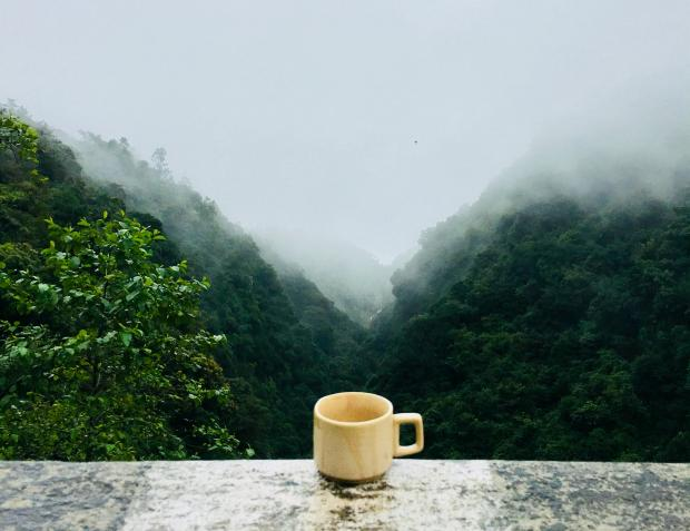 чашка на подоконнике, раннее утро
