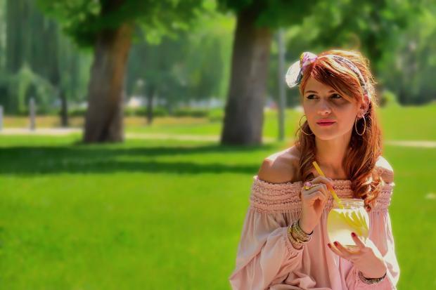 девушка пьет лимонад в парке