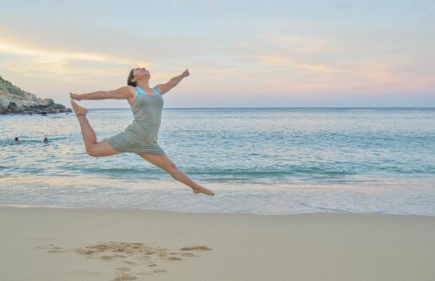 девушка танцует на берегу моря