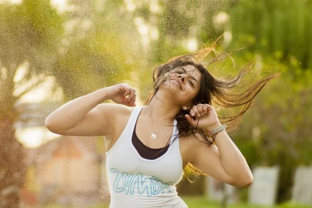 длинноволосая девушка танцует зумбу