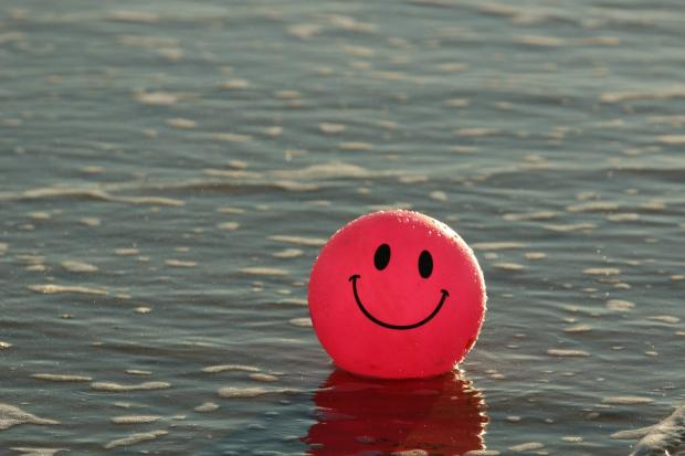 красный шар со смайликом в воде