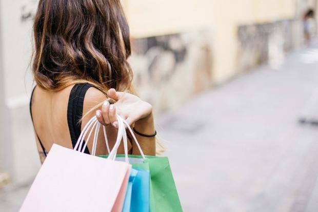девушка с пакетами с покупками