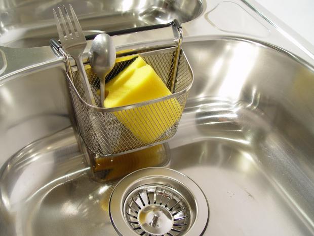 в раковине лежит губка для мытья посуды