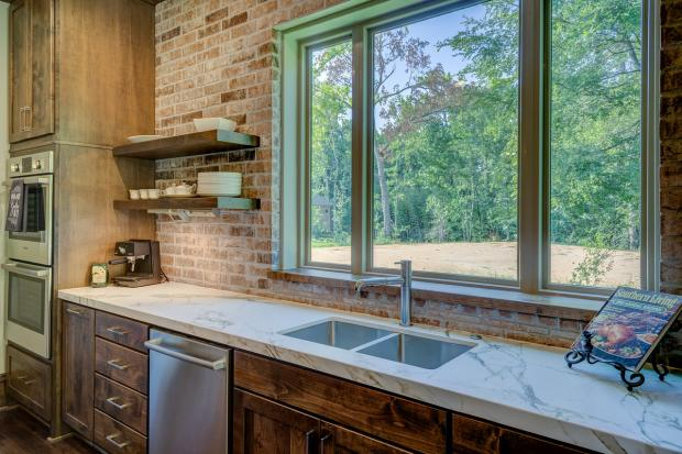 рабочая поверхность на кухне у окна