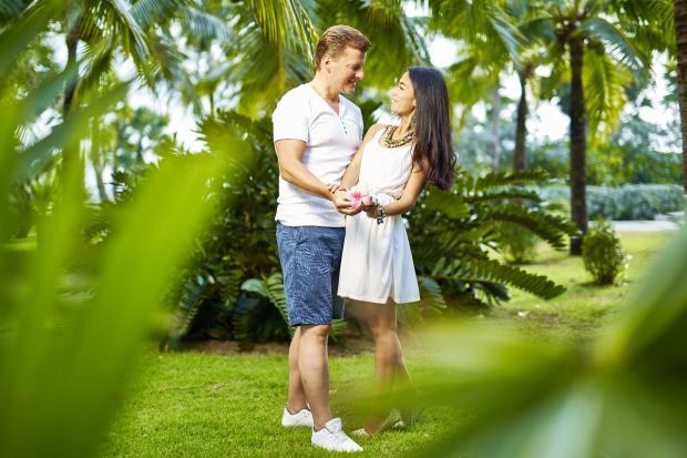 влюбленные обнимаются в тропическом лесу