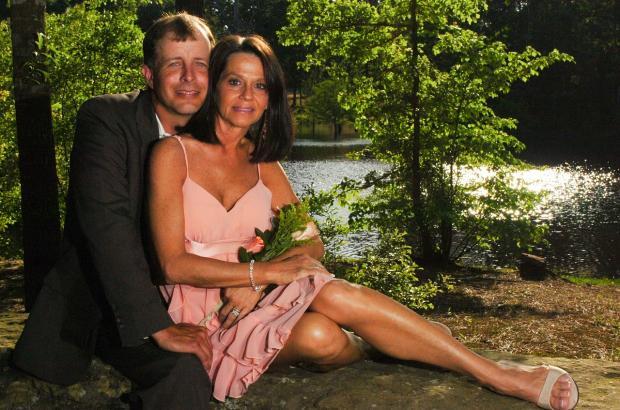 мужчина и девушка сидят на траве под деревом