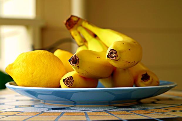 бананы и лимоны на тарелке