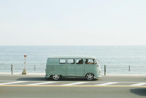 Зеленый автобус на фоне моря