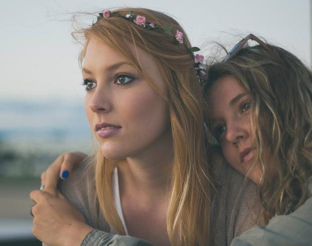 две девушки обнялись и смотрят вдаль