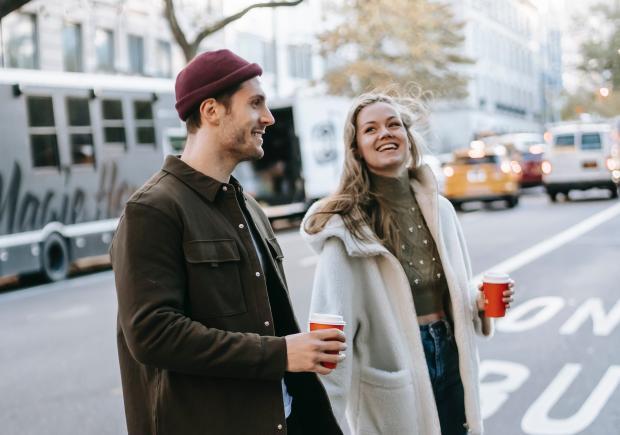 молодые парень и девушка переходят дорогу