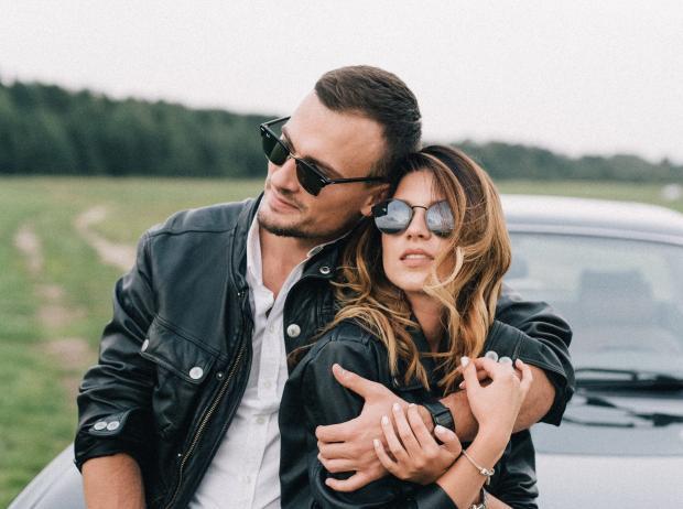 молодой мужчина и девушка обнимаются на природе