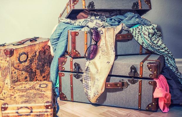 лежит несколько чемоданов с вещами