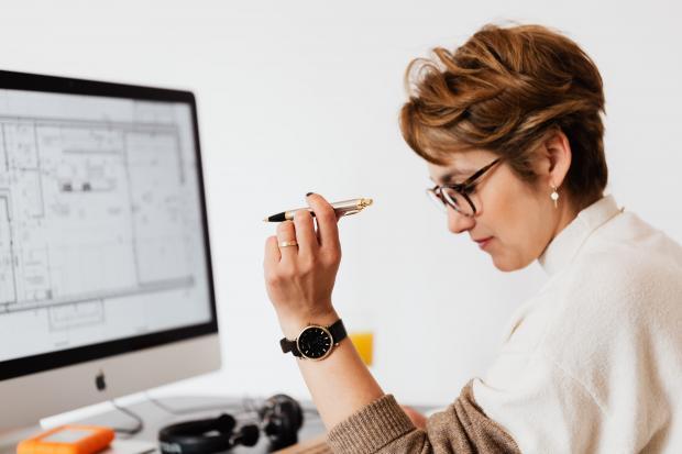 женщина в очках перед монитором компьютера