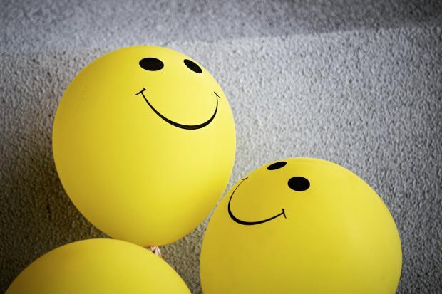 желтые воздушные шары со смайликами
