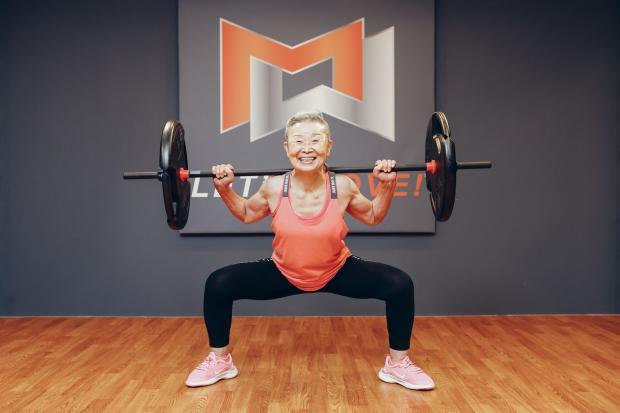 пожилая женщина фитнес тренер