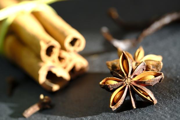 палочки и цветок ванили